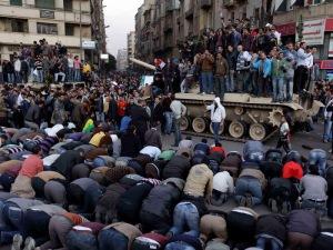 para demonstran yang sedang beribadah di tengah kerusuhan