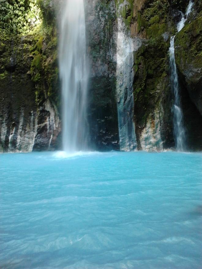 Airnya dingin, berwarna biru, terkadang berubah menjadi hijau
